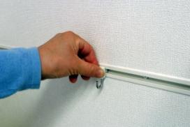 図のようにフックを差し込んだまま下向きに回転すれば取り付けすることができます